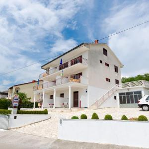 Foto Hotel: Apartments Rozaria, Dramalj