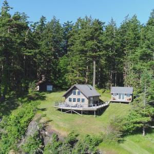 Hotel Pictures: Waterfront Denman Island Cabin, Denman Island