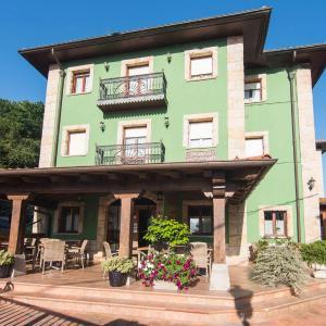 Hotel Pictures: Apartamentos Mugarri, Poveña