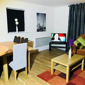 Hotel Pictures: Oldbury Town Centre Apartment, Oldbury