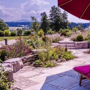 Hotel Pictures: Lebensart-am-See-moderne-Ferienwohnung-Rosengarten-direkt-am-See, Bad Endorf