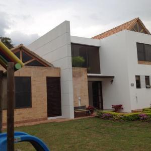 Hotel Pictures: Hermosa casa familiar en Chinauta, Chinauta