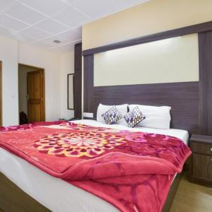 Hotellikuvia: Well-furnished room on Mall Road, ideal for a couple, by GuestHouser, Shimla