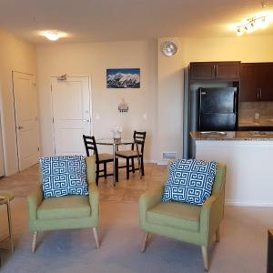 Hotel Pictures: Zoe's Place Apartment, Calgary
