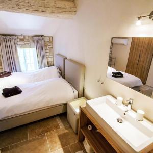 Hotel Pictures: Gîte de luxe dans les vignes 5, Villesèque-des-Corbières
