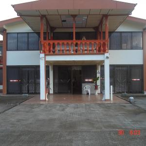 Hotellbilder: Owner of the Semi Jungle / Farm Adventure Lodge of Costa Rica, Mona