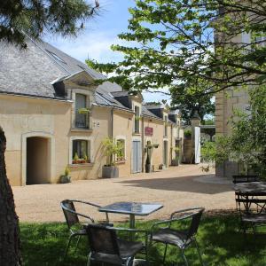 Hotel Pictures: Logis Hôtel Le Chai De La Paleine, Le Puy-Notre-Dame
