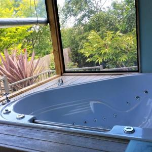 Фотографии отеля: Away to Relax Massage Getaways at Welcome Springs B&B Retreat, Hindmarsh Valley