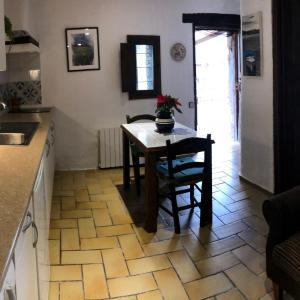 Hotel Pictures: Apartamento en Masia del siglo XI, La Cellera de Ter