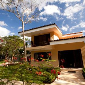 Hotel Pictures: Luxury 3 Bedroom Condo Only Steps to the Beach, Ocotal