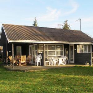 酒店图片: Two-Bedroom Holiday home in Væggerløse 30, Bøtø By