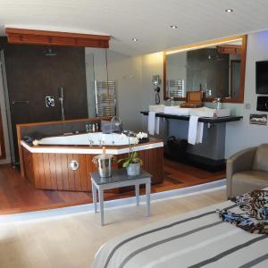 Hotel Pictures: Elégance Suites Hôtel, Le Bois-Plage-en-Ré