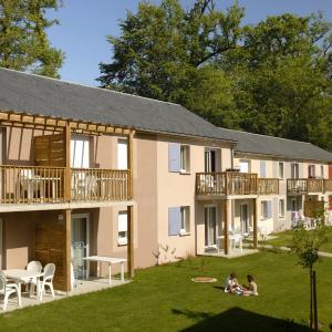 Hotel Pictures: Le Hameau du Lac, Rignac