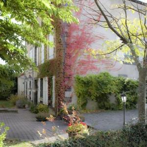 Hotel Pictures: Hostellerie Le Petit Bonneval, Pérignat-lès-Sarliève