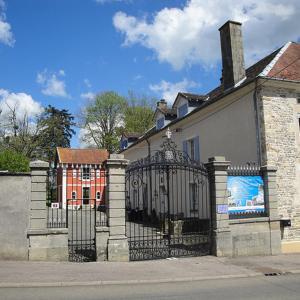 Hotel Pictures: Petit Château Armand Bourgoin, Raincourt