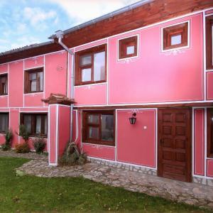 Hotel Pictures: Nenchova Guest House, Koprivshtitsa
