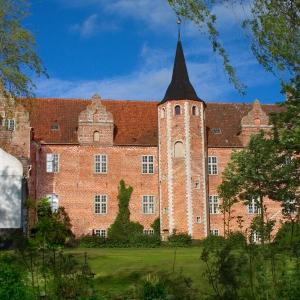 Hotel Pictures: Harridslevgaard Slots Apartments, Bogense