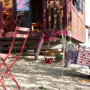 Hotel Pictures: La Roulotte du Granit Doré, Jullié