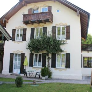 Hotel Pictures: Villa Waldfrieden - Ferienwohnungen und -Haus, Kochel