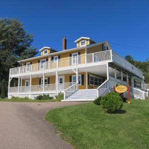 Hotel Pictures: The Island Inn, Ingonish Beach