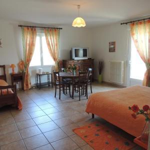 Hotel Pictures: Chambres d'hotes Les Epinettes, Beauvoir