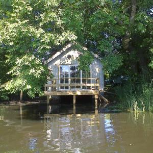 Hotel Pictures: La cabane sur l'eau, Cul-des-Sarts