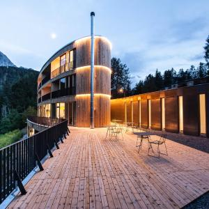 Hotel Pictures: Hotel Arnica Scuol, Scuol