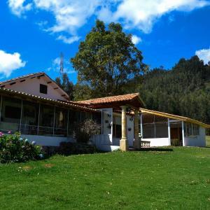 Hotel Pictures: Cabañas Socha Loma, Paipa