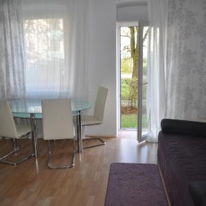 Hotel Pictures: Modern Flat between Munich & Bavarian Lakes, Kaufbeuren