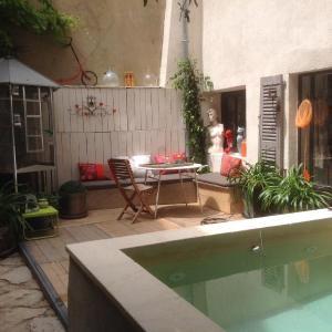 Hotel Pictures: Une Vue Sur Cour, Lagnes