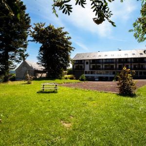 Hotel Pictures: Brit Hotel Les Mouflons, Besse-et-Saint-Anastaise