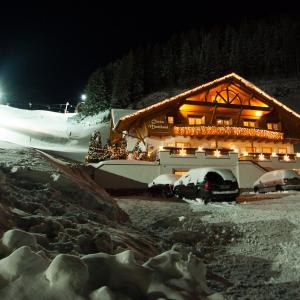 Hotel Pictures: Chasa Monthani, Ischgl