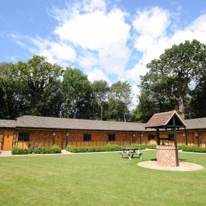 Hotel Pictures: Hill Top Farm Lodges, Chertsey