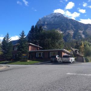Hotel Pictures: Canadian Rockies Inn - Adults only, Field