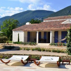 Hotel Pictures: Holiday home La Cheminée des Fées, Rustrel