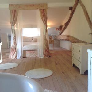 Hotel Pictures: La Croix, Bouteilles-Saint-Sébastien