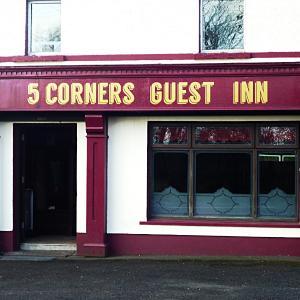 Hotel Pictures: 5 Corners Guest Inn, Ballyeaston