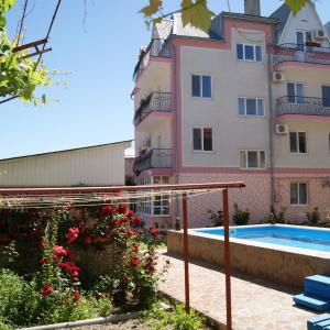 Hotel Pictures: Guest House Romanovykh Victoria, Anapa