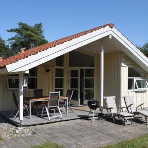 Hotel Pictures: Three-Bedroom Holiday Home Birkeskellet 08, Vesterø Havn