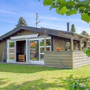 Hotel Pictures: Three-Bedroom Holiday Home Rørsangervej 01, Hornbæk