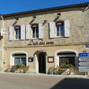 Hotel Pictures: L'un des sens, Villefranche-de-Lonchat