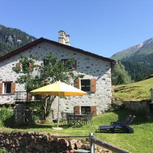 Hotel Pictures: Romantic, standal. 5½ room cottage, Poschiavo