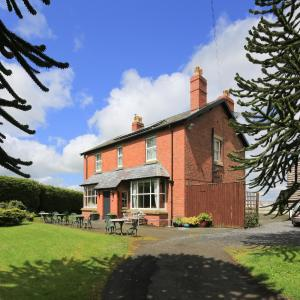 Hotel Pictures: The Old Vicarage Dolfor, Newtown