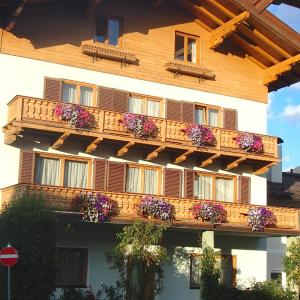 Hotel Pictures: Pension Eppensteiner, Sankt Johann in Tirol