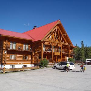 Hotel Pictures: Northern Rockies Lodge, Muncho Lake