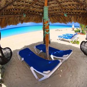 Hotel Pictures: Rollezz Villas Beach Resort, Old Bight