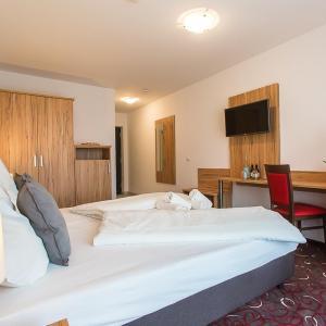 Hotel Pictures: Schäfer Boardinghouse, Gröbenzell