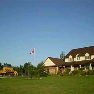 Hotel Pictures: Clearview Station & Caboose B&B, Creemore