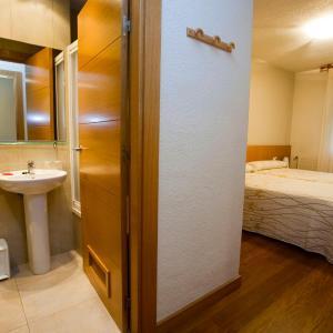 Hotel Pictures: Hostal Abodi, Pamplona