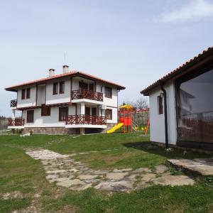 Foto Hotel: Guest House Ivanini Houses, Tryavna